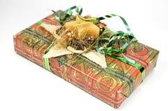 Ein Geschenk in Grünem und in der Orange stockfoto