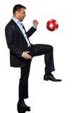 Ein Geschäftsmann, der jonglierende Fußballkugel spielt Lizenzfreies Stockbild