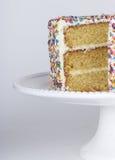 Ein geschnittener Kuchen mit besprüht Stockbilder