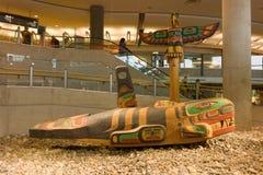 Ein geschnitzter Wal und ein Adler an Vancouvers Flughafen Lizenzfreie Stockfotos