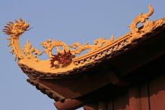Ein gestalteter Drache verziert den First eines buddhistischen Tempels in Hanoi (Vietnam) Stockbild