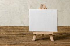 Ein Gestell mit einem leeren Segeltuch Lizenzfreie Stockfotografie