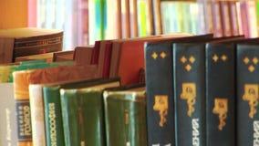 Ein Gestell von den Büchern vereinbart in einer lokalen Bibliothek stock video