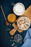 Ein gesundes Frühstück auf einem dunkelblauen hölzernen Hintergrund lizenzfreie stockfotografie