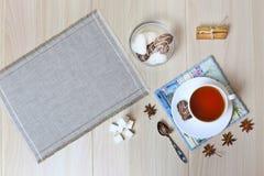 Ein gesundes Frühstück, eine Schale schwarzer Tee mit Zimt und Anis lizenzfreie stockbilder