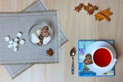 Ein gesundes Frühstück, eine Schale schwarzer Tee mit Zimt und Anis lizenzfreie stockfotografie