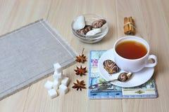 Ein gesundes Frühstück, eine Schale schwarzer Tee mit Zimt und Anis stockfoto