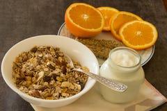 Ein gesundes Frühstück von muesli, von Jogurt und von Orange Stockfotos