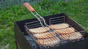 Ein gesundes und geschmackvolles Brot wird gegrillt stock footage