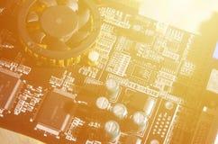 Ein getontes Makrobild eines Computerbrettes mit vielen kleinen technologischen Elementen Extrem flache Schärfentiefe Abstraktes  stockbilder