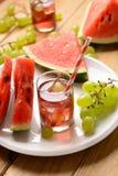 Ein Getränk der Wassermelone und der Trauben mit Eiswürfeln Lizenzfreie Stockfotos