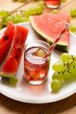 Ein Getränk der Wassermelone und der Trauben mit Eiswürfeln Lizenzfreie Stockbilder