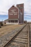 Ein Getreideheber nahe bei Eisenbahn stockfotografie