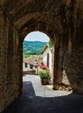 Ein gewölbter Durchgang in der alten italienischen Stadt Lizenzfreie Stockbilder