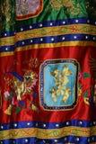 Ein Gewebe, das mit gestickten Mustern verziert wird, wird gehangen in einen buddhistischen Tempel (Vietnam) Stockfoto