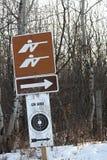Ein Gewehr-Strecken-voran Zeichen Stockbild