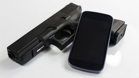 Ein Gewehr und ein modernes intelligentes Telefon, Schwarzweiss stockfotos