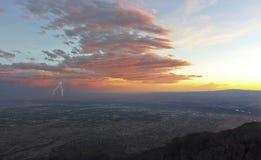Ein Gewitter bei Sonnenuntergang über Albuquerque, New Mexiko Lizenzfreie Stockfotos