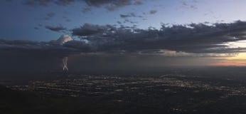 Ein Gewitter an der Dämmerung über Albuquerque, New Mexiko Lizenzfreies Stockbild