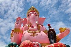 Ein giantic Bild von Ganesha in der rosa Farbe gegen schönen Himmel Lizenzfreie Stockfotos
