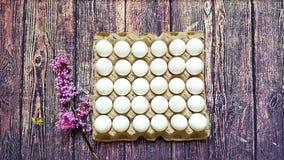 Ein Gitter von Eiern von dreißig Stücken Lizenzfreie Stockbilder