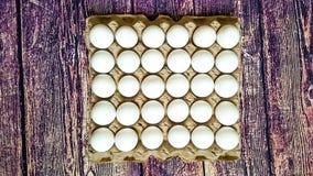 Ein Gitter von Eiern von dreißig Stücken Stockbilder
