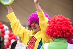 Ein glücklicher Clown führt seine Fähigkeiten in einem children& x27 durch; s-Show stockfoto