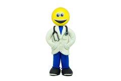 Ein glücklicher Emoticon gekleidet als Doktor und Lächeln gemacht im Plasticine Stockfotografie