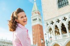 Ein glücklicher Frauentourist, der über Schulter in St. schaut, markiert Quadrat Lizenzfreies Stockfoto