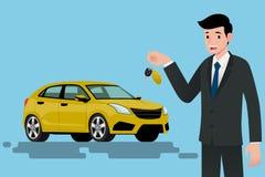 Ein glücklicher Geschäftsmann, Fahrzeugverkäufer ist, halten stehend und einen Schlüssel des nagelneuen Autos für Verkauf Lizenzfreie Stockbilder