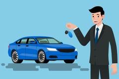 Ein glücklicher Geschäftsmann, Fahrzeugverkäufer ist, halten stehend und einen Schlüssel des nagelneuen Autos für Verkauf Lizenzfreies Stockbild