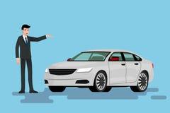 Ein glücklicher Geschäftsmann ist stehend und stellt sein Auto dar, das auf der Straße parkte Lizenzfreie Stockbilder