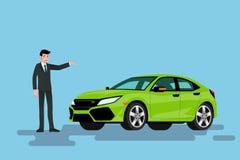 Ein glücklicher Geschäftsmann ist stehend und stellt sein grünes Auto dar, das auf der Straße parkte Stockbilder