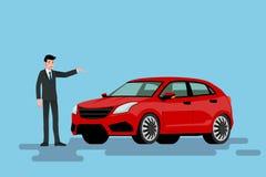 Ein glücklicher Geschäftsmann ist stehend und stellt sein rotes Auto dar, das auf der Straße parkte Stockfoto