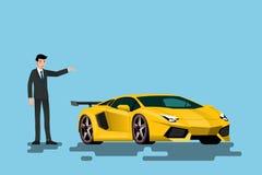 Ein glücklicher Geschäftsmann ist stehend und stellt sein Superauto dar, das auf der Straße parkte Stockbilder