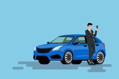 Ein glücklicher Geschäftsmann lehnt sich auf seinem Neuwagen und zeigt seiner Kreditkarte, dass er gekauft das Fahrzeug verwendet Lizenzfreie Stockfotos