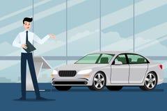 Ein glücklicher Geschäftsmann, Verkäufer steht und stellt sein Luxusauto dar, das im Showraum parkte lizenzfreie abbildung