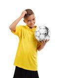 Ein glücklicher Junge mit einem Ball Aktiver Schüler Junger Fußballspieler auf einem weißen Hintergrund Schulfußballkonzept Lizenzfreies Stockfoto