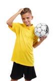 Ein glücklicher Junge mit einem Ball Aktiver Schüler Junger Fußballspieler lokalisiert auf einem weißen Hintergrund Schulfußballk Lizenzfreie Stockbilder