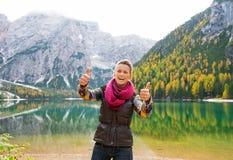 Ein glücklicher, lächelnder Frauenwanderer, der See Bries zwei Daumen aufgibt Lizenzfreies Stockfoto