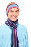 Ein glücklicher lächelnder Mann, der einen Hut und einen Schal trägt Stockfotografie
