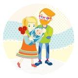Ein glücklicher Vater trifft seine Frau mit einem Baby in seinen Armen Er gibt ihr schöne Blumen Sie lächeln Lizenzfreies Stockfoto
