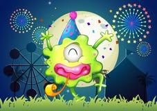Ein glückliches einäugiges Monster am Karneval mit einer Feuerwerksanzeige Stockbild