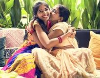 Ein glückliches indisches Familienumarmen Stockfotos