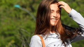 Ein glückliches jugendlich Mädchen stock footage