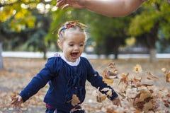 Mädchen im Herbstlaub Lizenzfreies Stockbild