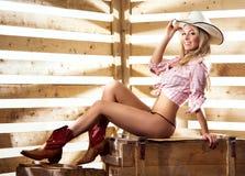 Ein glückliches und Cowgirl in einer Scheune Stockfoto
