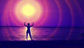 Ein glühender Ball über dem Meer Purpurrote Farbtöne lizenzfreie stockbilder