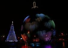 Ein glühender riesiger Ball mit einem Muster in Form von Herzen und ein Christbaumständer in Victory Park auf Poklonnaya-Hügel Lizenzfreie Stockfotos