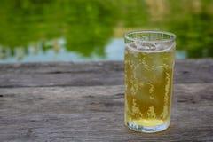 Ein Glas Bier mit Eis auf Holztisch, trinkend im heißen asiatischen Land mit kühlem alkoholfreiem Getränk Stockfotos